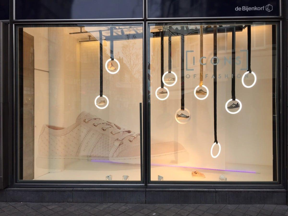 Window: Sneaker icons bij de Bijenkorf
