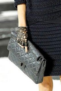 Chanel aan de hand in leer en zwart