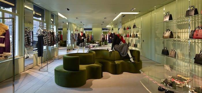 Prada opent winkel aan pc hoofstraat lovestohave for Interieur winkel amsterdam