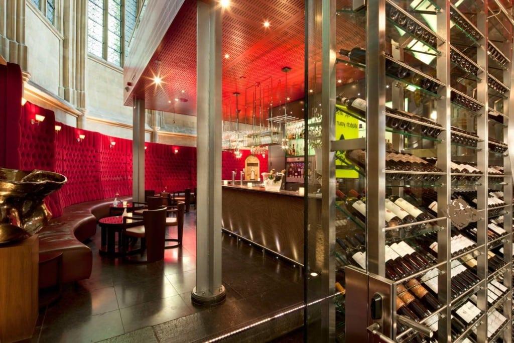 De wijnbar met de rode banken en de bovengrondse wijnkelder - foto Oostwegel Collection