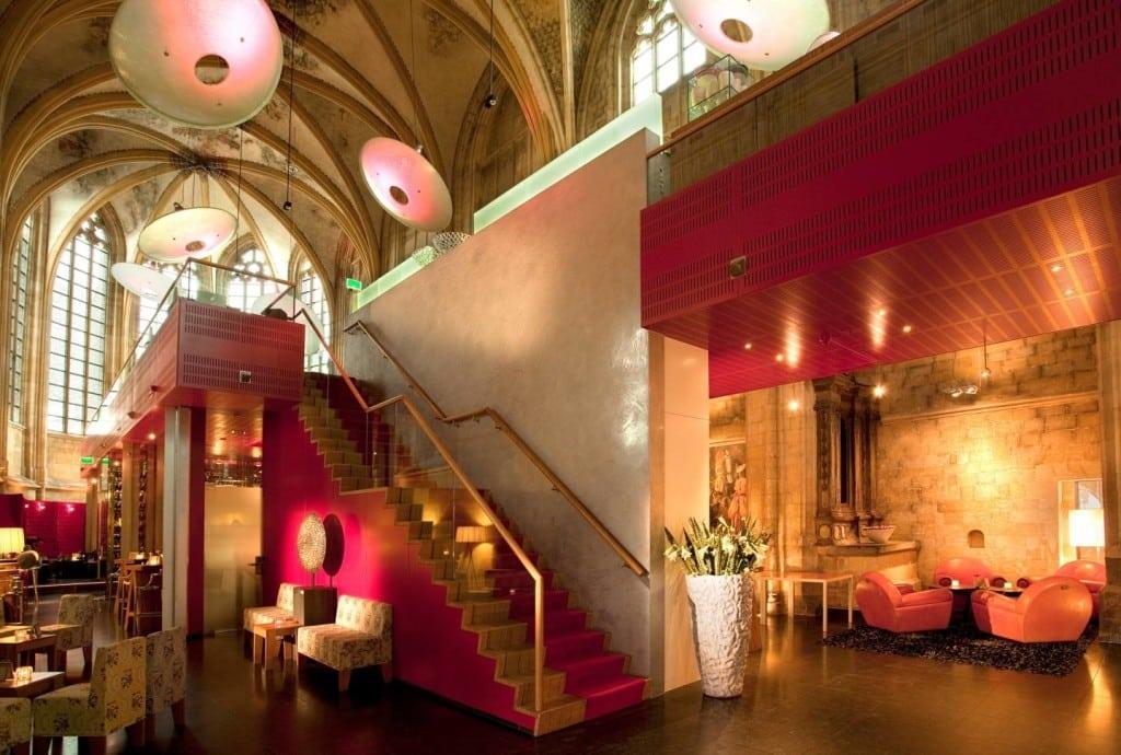 Vanuit de lobby richting de hemel - foto Oostwegel Collection