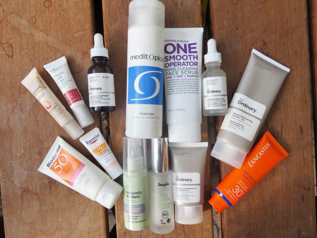 Skincare routine zomer VS winter. Bestaande uit huidreiniging, anti-oxidanten, hydraterende producten, serums en zonbescherming.