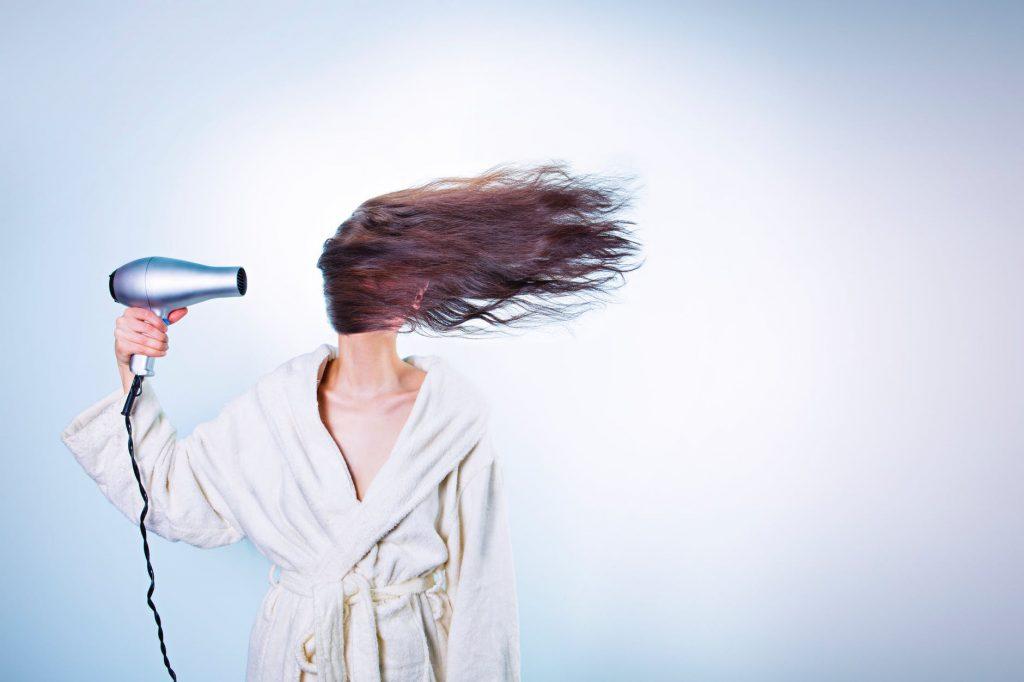 Haar föhnen is erg essentieel maar niet voor de vette haren. Een warme omgeving stimuleert de talgproductie.
