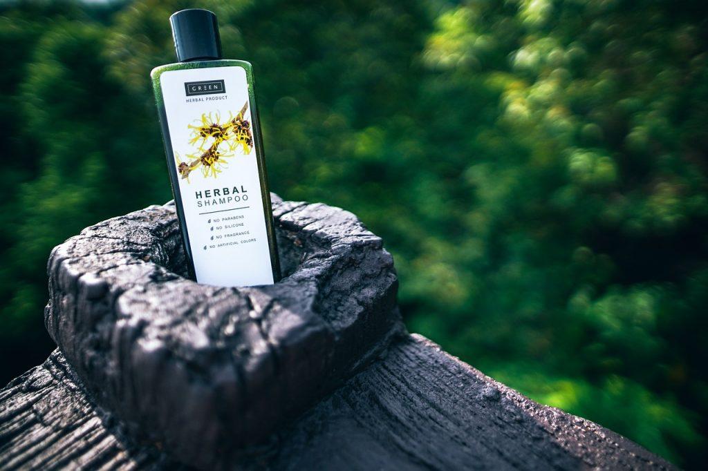 Shampoo en conditioner zijn uit den boze als je je haar steil wilt  maken met de stijltang.  Het droog maken van het haar kan er namelijk voor zorgen dat je weer slag krijgt.
