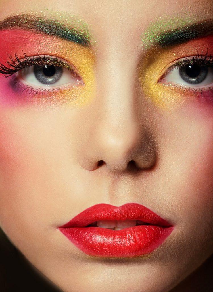 Glow in the dark make-up trend 2020, neon kleuren, felgekleurde make-up, strakke wing