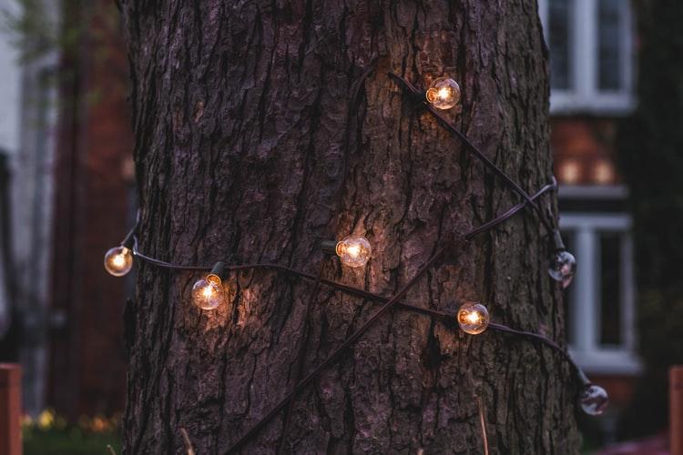 Ook in de zomer wordt het donker in de tuin: gebruik daarom gezellige verlichting.