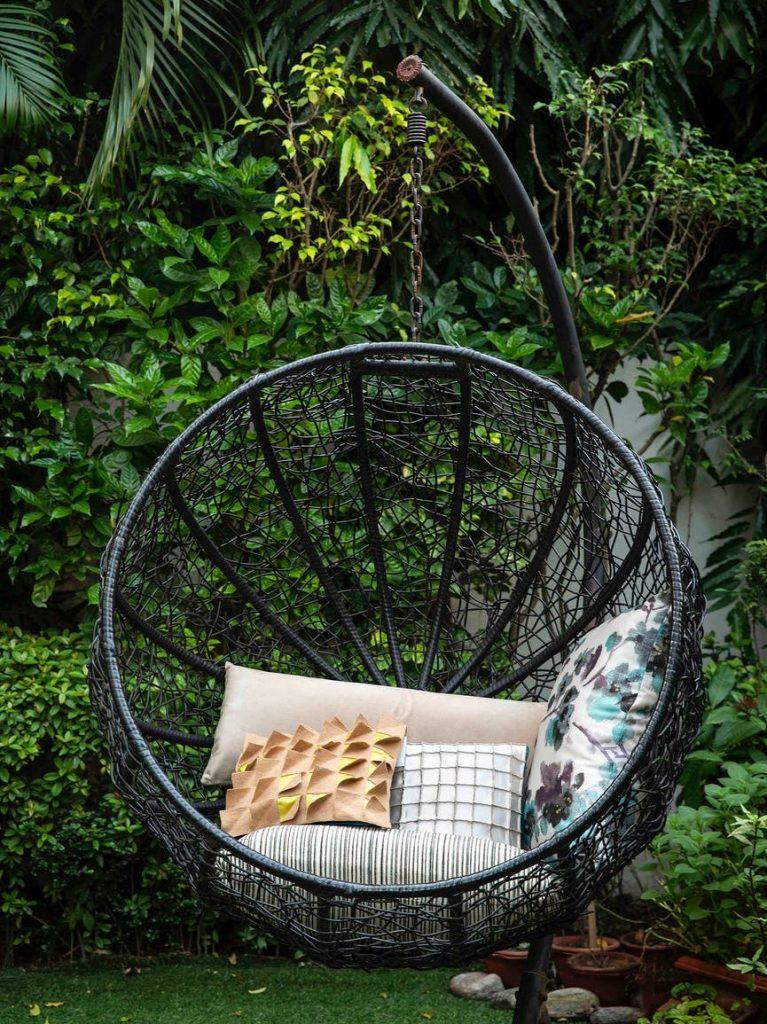 Genieten in je tuin deze zomer kan ook prima in een eggchair.