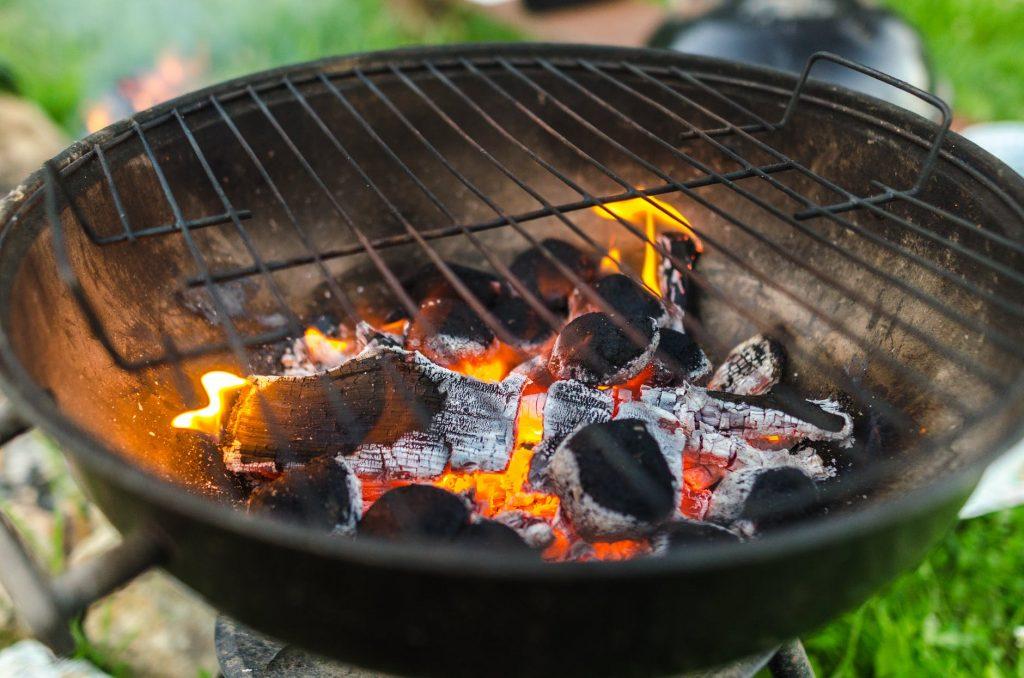 Een geslaagde barbecue op de traditionele manier? Gebruik dan niet alleen houtskool, maar ook enkele aanmaakblokjes.