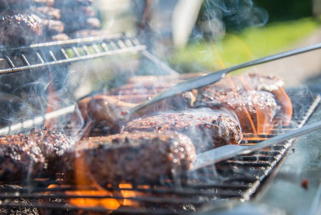 Geslaagde barbecue door het draaien van je vlees met een vleestang.
