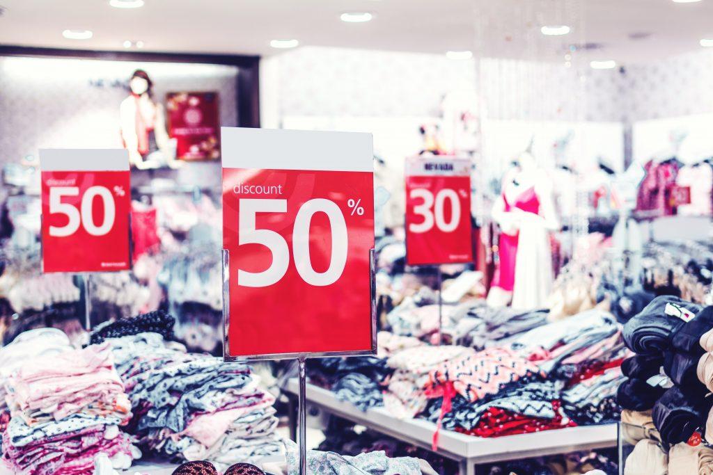 Fast fashion is goedkoop, maar de kwaliteit is vaak minder en de omstandigheden waarin het gemaakt wordt zijn vaak slecht.