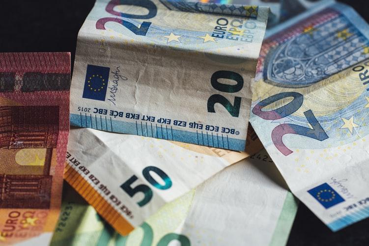 Tips om geld te sparen: zet extra geld zoals vakantiegeld, een 13e maand of een bonus opzij als je dit niet nodig hebt.