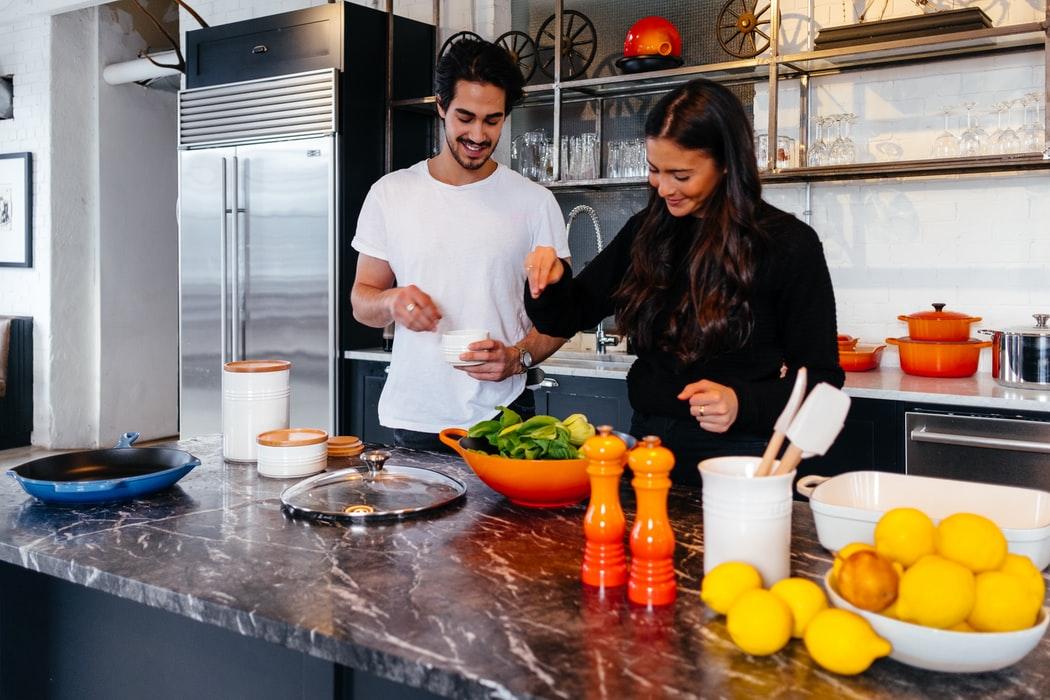 Koken op je eerste date: zo pak je het aan