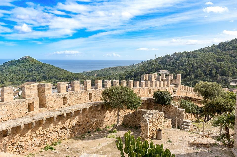 De historische stadsmuur van het kasteel van Capdepera